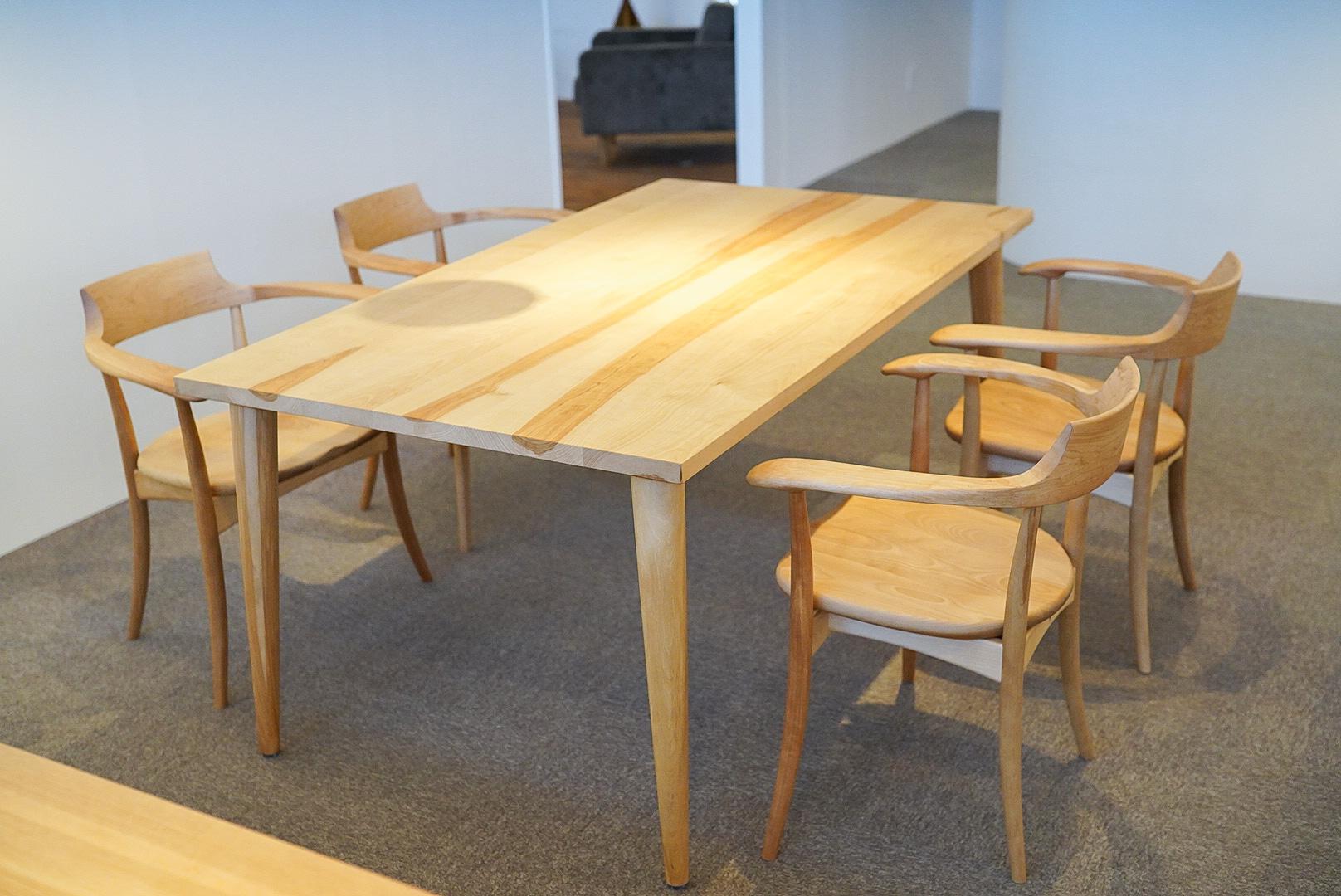 日本に古来からある広葉樹のカバで作ったダイニングテーブルとチェア