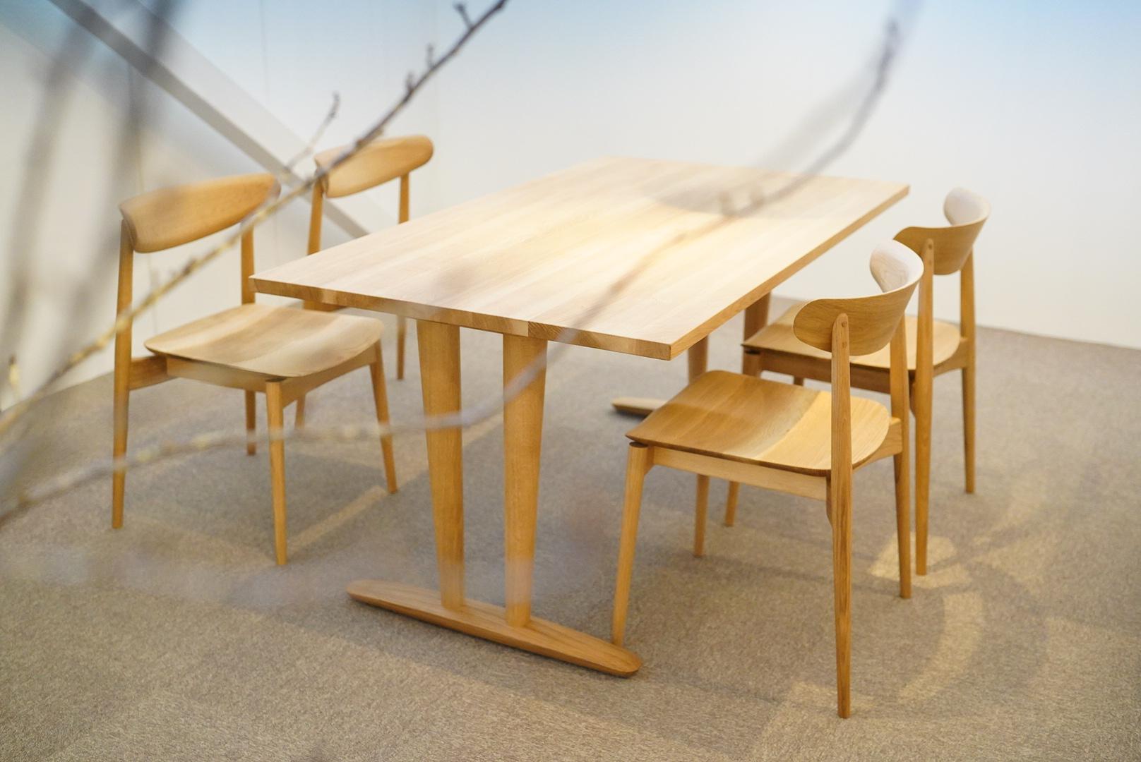 日本に古来からある広葉樹のナラで作ったダイニングテーブルとチェア
